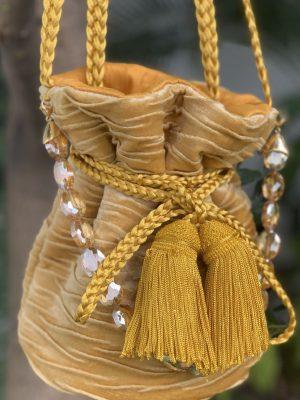 mochila mostaza en velvet pequeña cadena maytimeless en atizz